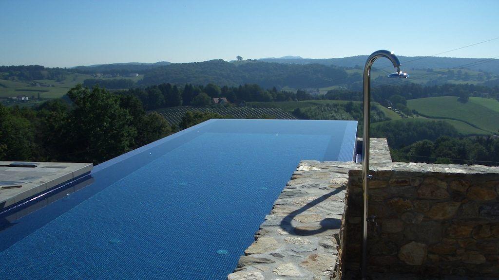 Schwimmbecken mit Aussicht über die Landschaft