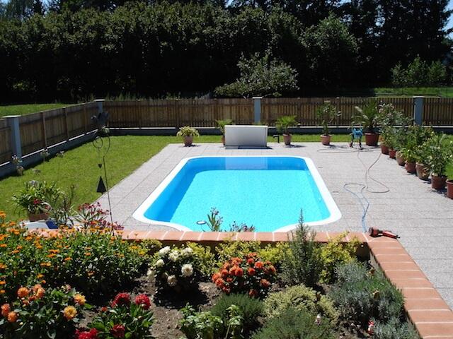 Pool mit blauem Wasser