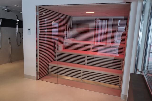 Moderne Sauna mit Glas